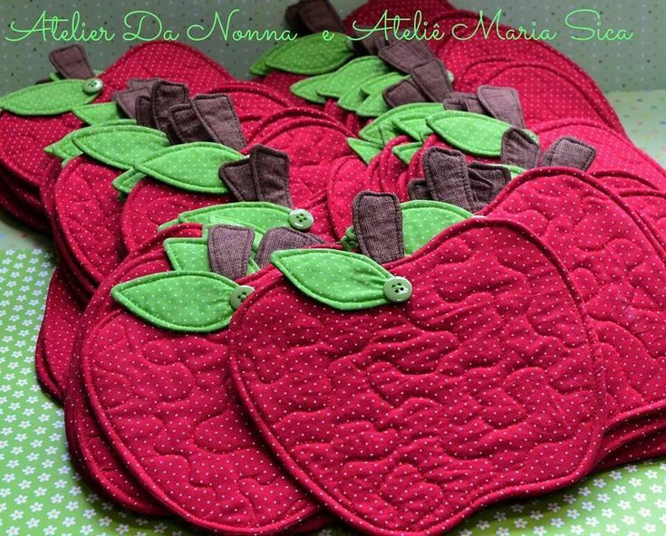 Cute idea for a mug rug. Would love to try to make these. Mug rugs by Maria Sica and Nonna Atelier.