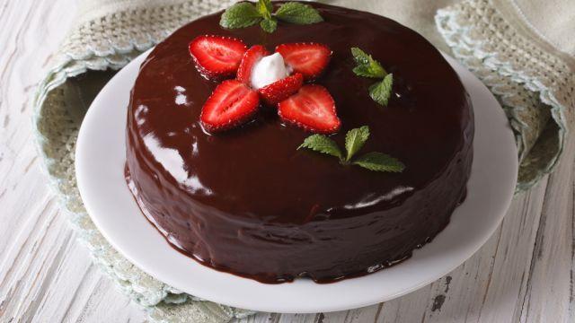 Čo robiť, aby sa čokoládová poleva na koláči pekne leskla? Tento jednoduchý trik zaručene funguje | Casprezeny.sk