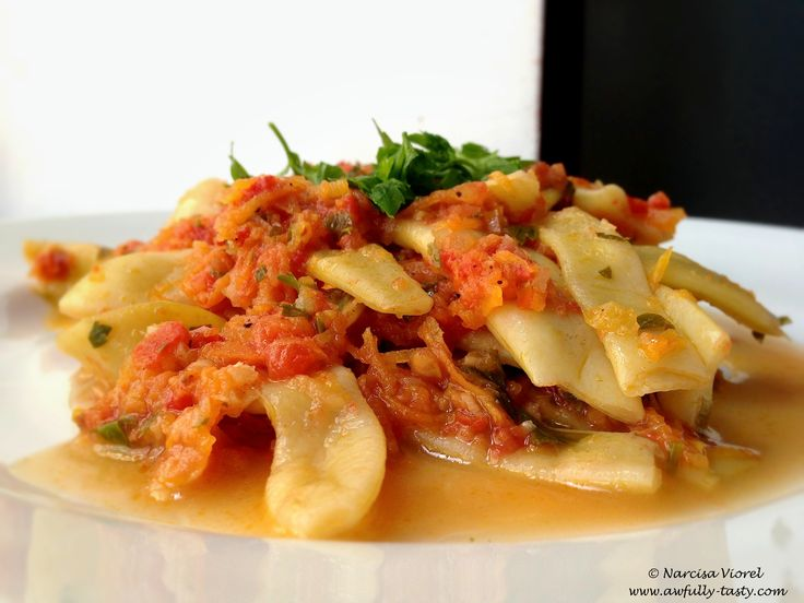 Fasole galbena cu sos de rosii si usturoi.  Bean pods with tomato sauce and garlic.