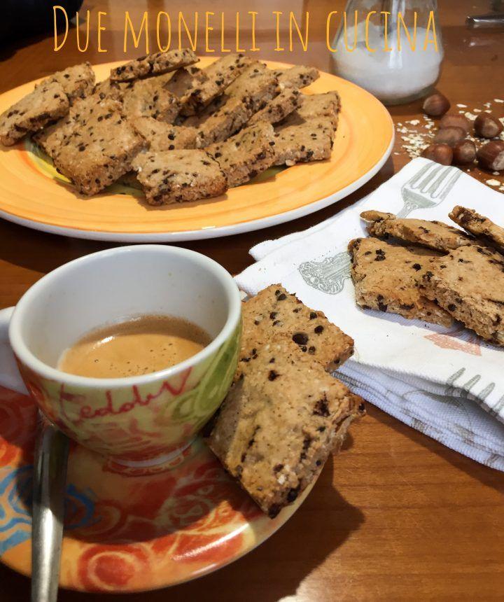 I biscotti avena e cioccolato con aggiunta di nocciole tostate sono semplici e veloci e perfetti per una colazione sana e genuina.