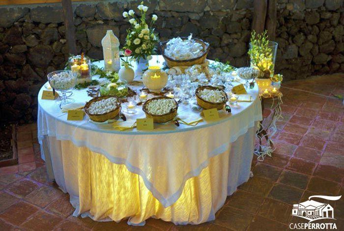 Allestimento confettata matrimonio con fiori e cestini
