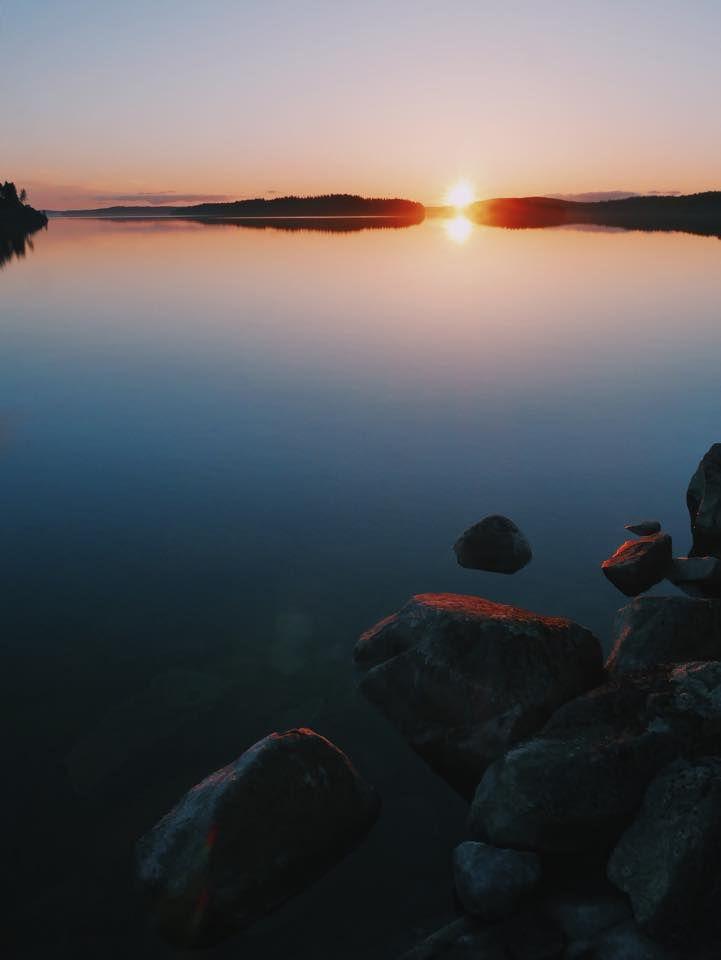 #lake #finnishlakes #discoverfinland #lakesoffinland #finland #järvi #järvimaisema #suomenluonto #luonto #rantakivet #sunset #auringonlasku