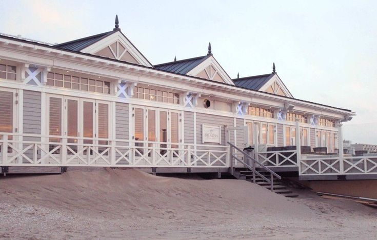 Breakers Beach Bar & Restaurant in the Netherlands with Accoya wood and windows