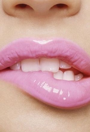 How cute is this!? Oh and that casual lip nibble- we love this pastel look, very feminine!