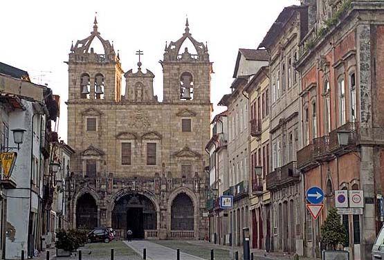Sé Braga La Catedral de Braga  Se trata de la joya de la ciudad de Braga, construida en el s. XII, sobre una iglesia Románica de época anterior.