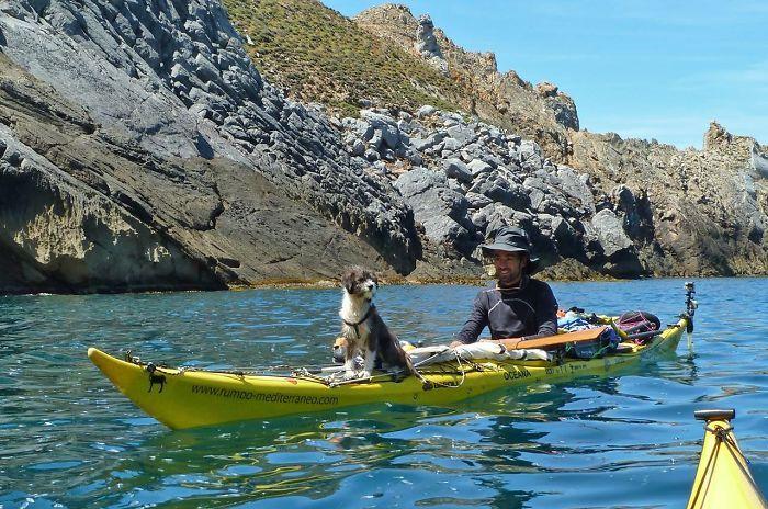Espanhol larga tudo para viajar de caiaque com seu cachorro pelo Mediterrâneo