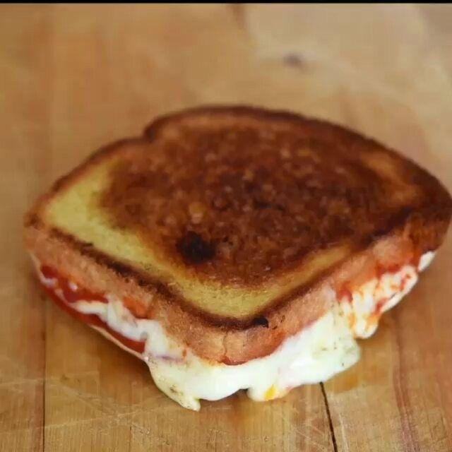 Ide sarapan besok pagi Laper baperrrr Tag temanmu  Pizza grilled cheese Roti + keju mozarella + ham / daging burger + saos Credit @alvinzhoupwns  @cakedankue #sarapan #kuliner #roti #keju #resepsarapan