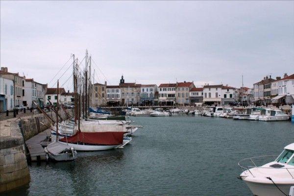 Classé parmi les plus beaux villages de France, La Flotte-en-Ré est, de par sa superficie, la plus vaste commune de l'Ile de Ré. C'est un petit port pittoresque entouré de maisons et de commerces. Le bourg est un labyrinthe aux ruelles étroites et fleuries....