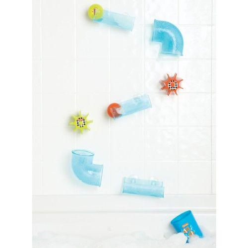 Ce jeu de bain est évolutif. Quand l'enfant est encore un bébé, ce sont les parents qui placent les éléments sur le bord de la baignoire, grâce aux ventouses. Ce circuit d'eau se construit en positionnant gouttières, coudes et roues à eau. Le petit enfant fait ensuite glisser les deux balles dans les différents éléments. Ou bien, il prend le gobelet, le remplit d'eau et la fait couler dans les tuyaux et sur les roues. Puis, lorsque l'enfant grandit, c'est lui qui monte son circuit dans la…