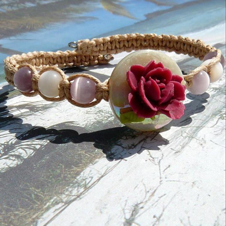 Pulseira em arame memória+macramé-+disco central furado+flor resina- modelo muito original-no blogue GloriArts & Bijoux