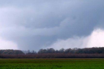 Unwetter in den USA: Tote bei Tornados in Texas und Buschfeuer in Kalifornien. Seit Tagen schon wüten im Süden des Landes Tornados und starke Regenfälle. Mit anderen Widrigkeiten hat Kalifornien zu kämpfen: Dort tobt auf einer Fläche von knapp 500 Hektar ein Feuer.  http://web.de/magazine/panorama/unwetter-usa-tote-tornados-texas-buschfeuer-kalifornien-31233828