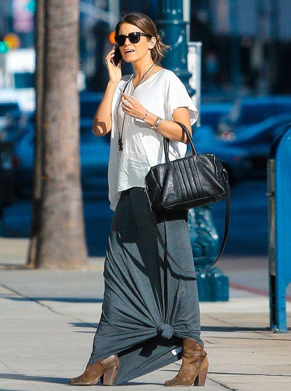 Nikki Reed dá dica de styling: maxi saia + nó.