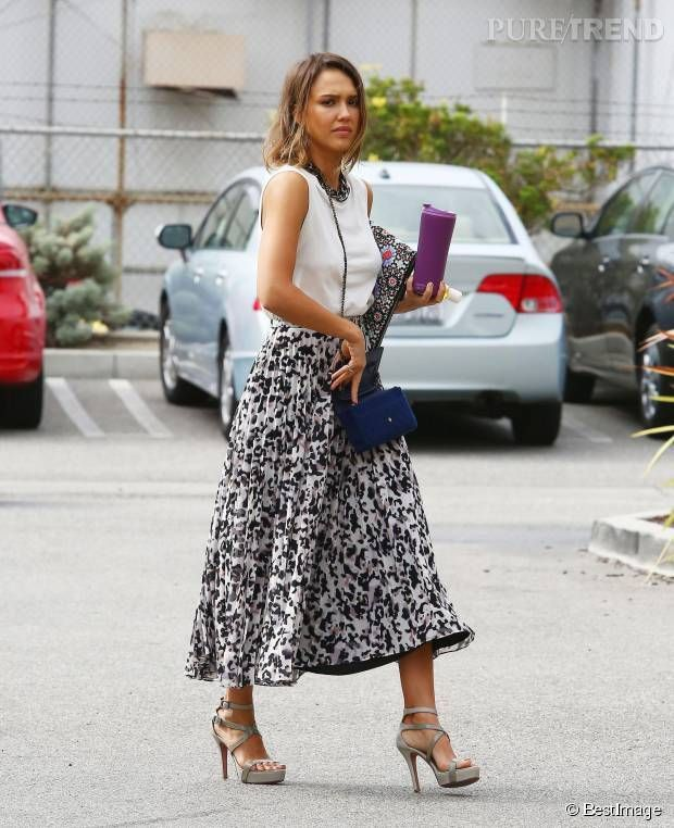 #Look: #JessicaAlba, sublime en jupe midi... A shopper !