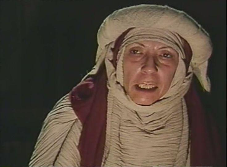Dolores Bejarano Alba conocida artísticamente como Tota Alba. Nació un 5 de marzo de 1914 y falleció en Madrid en el año 1983 aunque las fuentes consultadas no indican que día ni que mes. Solo encontré una foto de Tota Alba que ya subí anteriormente, así que os dejo solo esta del film Inquisición. Triste la información encontrada en la red de una actriz que merecería más atención.  Tota Alba es Mabille  Inquisición (1978) Horror |  1978 (España)  Director: Jacinto Molina