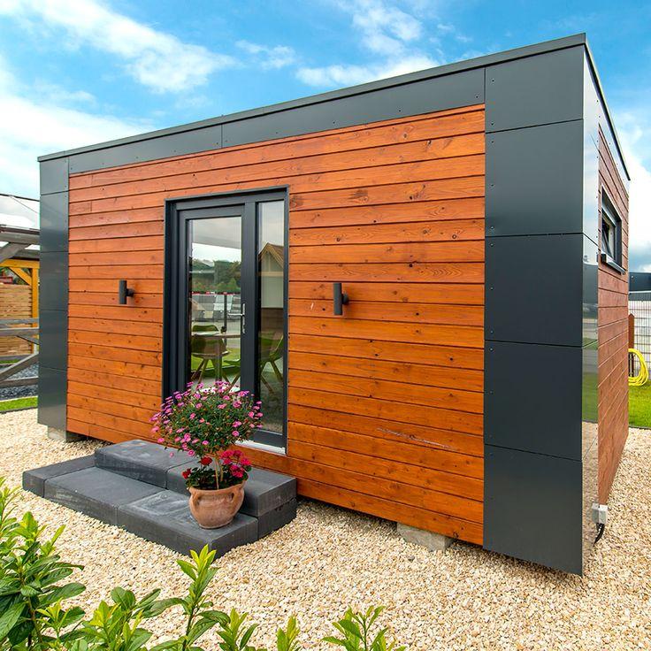 Ein exklusiver Holzbau als erweiterter Wohnraum im Garten. Die mobile Lösung ist ideal für alle, die Ihre Umgebung gerne zwischenzeitlich wechseln möchten. Durch eine Stahlunterkonstruktion wird dies ermöglicht. Der Holzrahmenbau kann so von Ort zu Ort per LKW/Kran bewegt werden - So muss das!