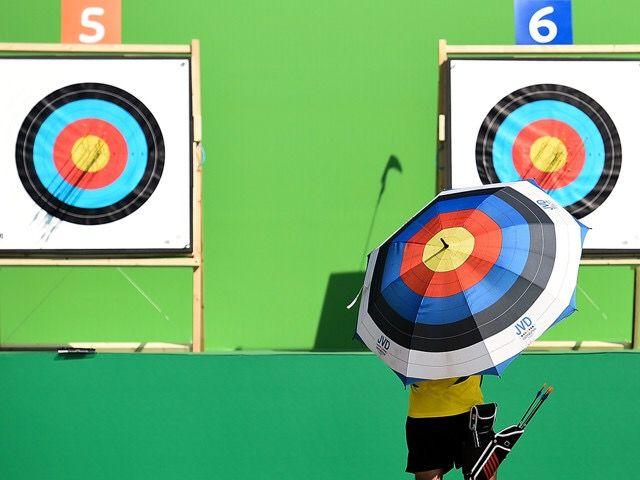 2015年09月18日-巴西里约热内卢,为保证2016年里约热内卢奥运会顺利进行,在刚刚举行的射箭测试活动的第一天,一名弓箭手在检查射箭靶。摄影师:Buda Mendes (分享自@iWeekly周末画报)