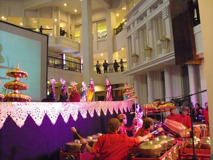 Kesenian tradisional yang kita bahas yaitu bentuk kesenian yang berasal dari beberapa daerah di Indonesia. 1. Ciri Kesenian Tradisional Kesenian tradisional mempunyai ciri-ciri sebagai berikut: a. ...