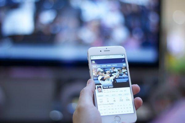 Come vedere i video dall'iPhone alla TV Esistono diversi metodi per vedere i video dall'iPhone alla TV. Puoi per esempio collegare il device iOS alla TV via wifi utilizzando AirPlay oppure utilizzare un cavo fisico. Altra alternativa è usa #video #iphone #tv #airplay #apple