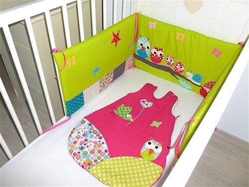 gigoteuse et tour de lit personnalis s vert anis et sa famille hiboux entour s de papillons et d. Black Bedroom Furniture Sets. Home Design Ideas