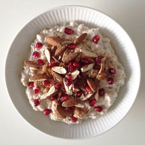 Lækker og cremet kold morgengrød med vanilje skyr. Toppet med mandler, granatæblekerner og et drys af kanel. Sund og mættende!