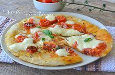 Pizza veloce in padella con pomodorini e mozzarella, ricetta per la pizza facile, veloce, estiva, senza lievitazione, pizza in padella semplice e golosa