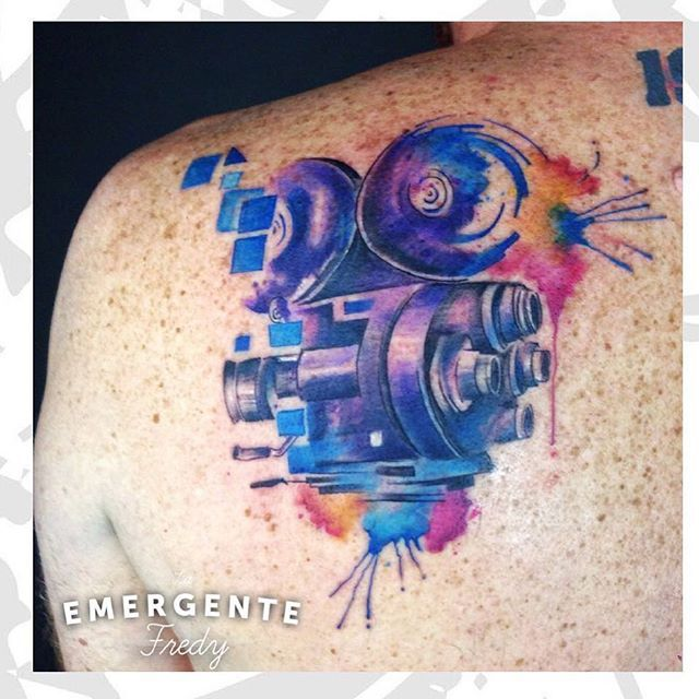 Buena noche marineros, terminamos nuestro martes con un maravilloso tatuaje por @fredygalindotattoo #tattooartist #tatuajesbogota #tatuaje #tattoo #camara #watercolor #watercolortattoo #laemergentecol #lanuevaemergente #tattooartist #tatuadorescolombianos
