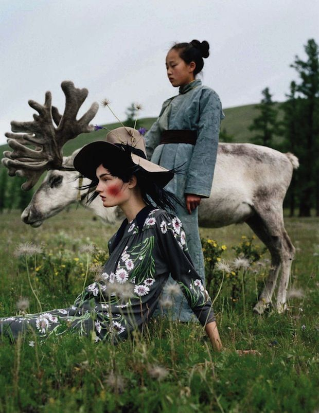 In 2011 maakt de Britse Vogue een modereportage in Mongolië. Fotograaf Tim Walker maakte prachtige foto's met verschillende modellen. Bekijk de volledige reportage. Onderstaand arty farty f…