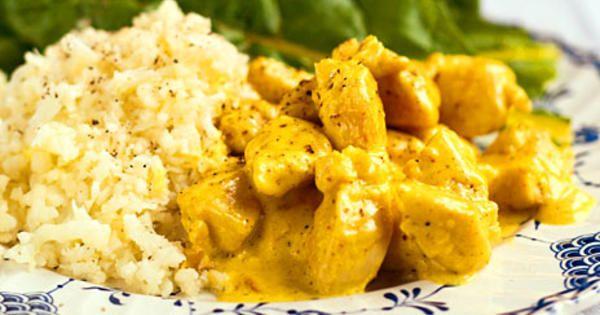 Klara Dessers recept på kycklinggryta med indiska dofter och blomkålsris är hämtat ur boken Näringsrik & naturlig LCHF.