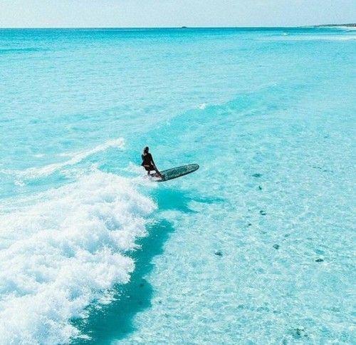 surfing! Super lässig auf der Welle und das Wasser ist so klar! #surfing
