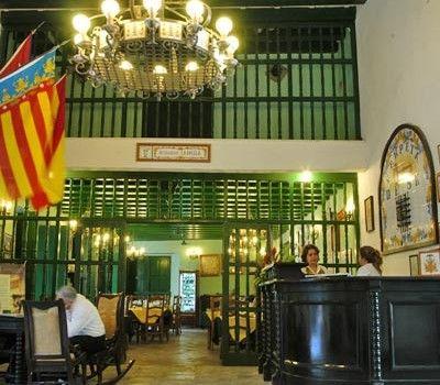 La madera de los techos y barandas y la excelente herrería de los balcones del Hotel Valencia dan luz y frescor a sus habitaciones con baño privado, TV y mini bar. Además le ofrece los mejores puros cubanos en la primera planta.