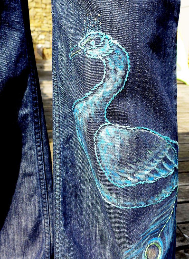 Kalhoty s pávem Svobodný duch nechybí ženě nebo dívce, která oblékne tyto široké kalhoty s nižším pasem. Jsou ozdobeny pávem na nohavici a na přední a zadní kapse vyšitým motivem listů Páv je ručně vyšitý a lehce domalovaný modře, zeleně a tyrkysově. V jeho korunce se zaleskne třpytivá nitka. Velikost 29, která si také žádá dlouhé nohy, nebo vysoké podpatky. S ...