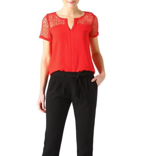 Top in crêpe e pizzo, con dettagli sulle spalle per allargarle Crepe and lace top with details on shoulders to widen them