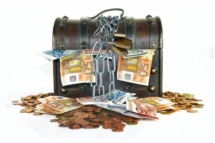 Die Schatztruhe wird mit Geld gefüllt und anschließend verschlossen. Das Brautpaar muss mit jedem Gast tanzen  und sich somit die Schlüssel erarbeiten.