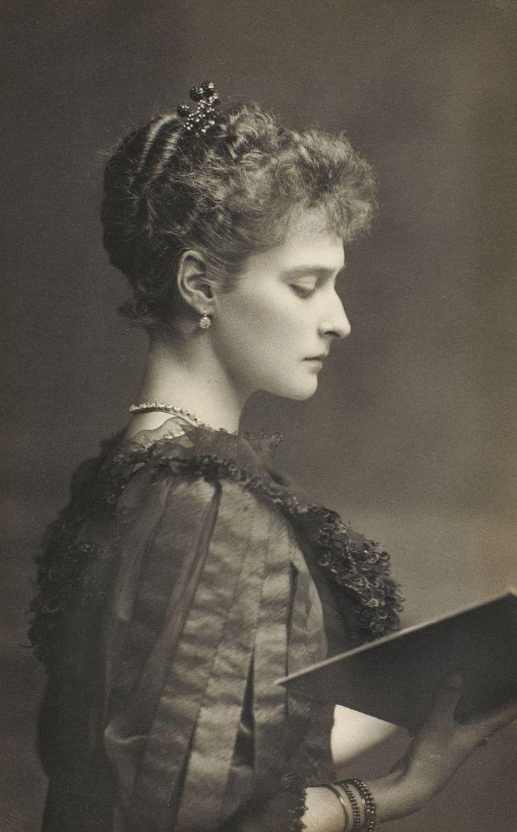 Alexandra Feodorovna, Imperatriz Da R�ssia Ela Est� Voltada Para A Direita  E Est� Segurando