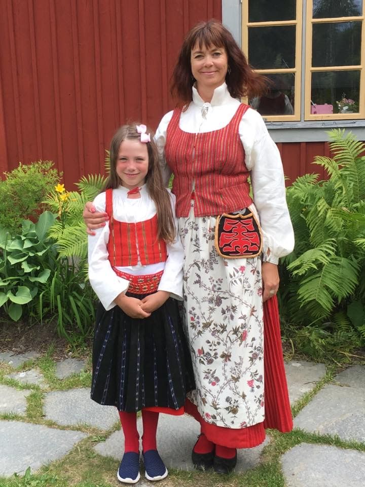 Flicka i Delsbodräkt och kvinna i Alftadräkt, Hälsingland.