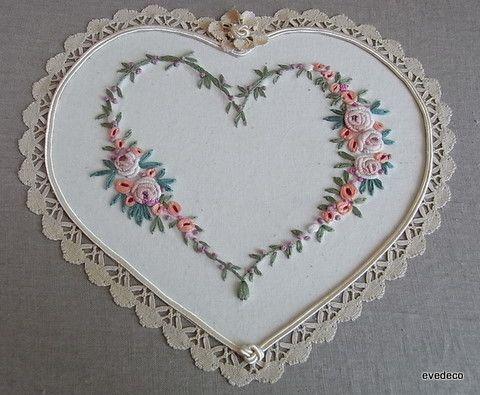 coeur brodé et bordé d'une dentelle