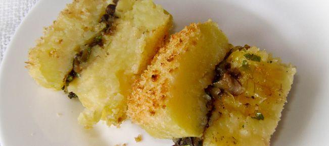 Запеканка картофельная с грибами ========================== Рецепт приготовления картофельной запеканки с фаршем из свежих или сушеных грибов, в том числе - шампиньонов.