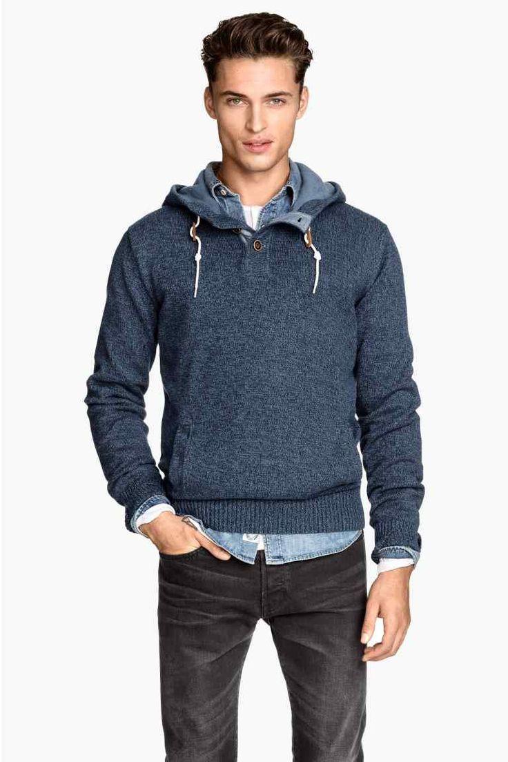 Sweter z kapturem: Cienki sweter z melanżowej bawełny. Kaptur z podszewką i sznurkiem, guziki u góry i kangurkowa kieszeń z przodu.