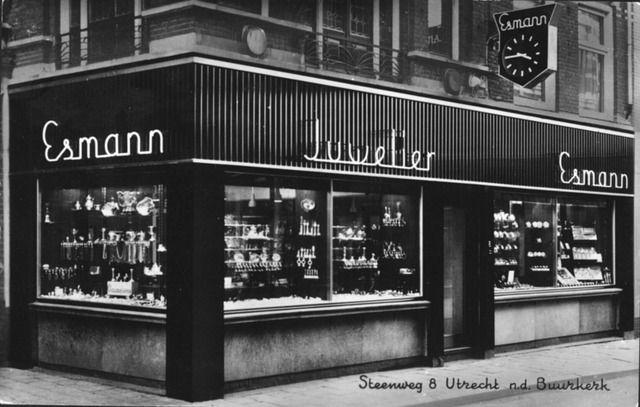 Gezicht op een gedeelte van de voorgevel van de winkel van juwelier Esmann (Steenweg 8) te Utrecht. 1960-1970