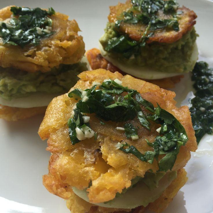 autoimmunologicznepaleo.pl - Plantanowe tostones z pastą z awokado i pietruszkowo-kolendrowym pesto