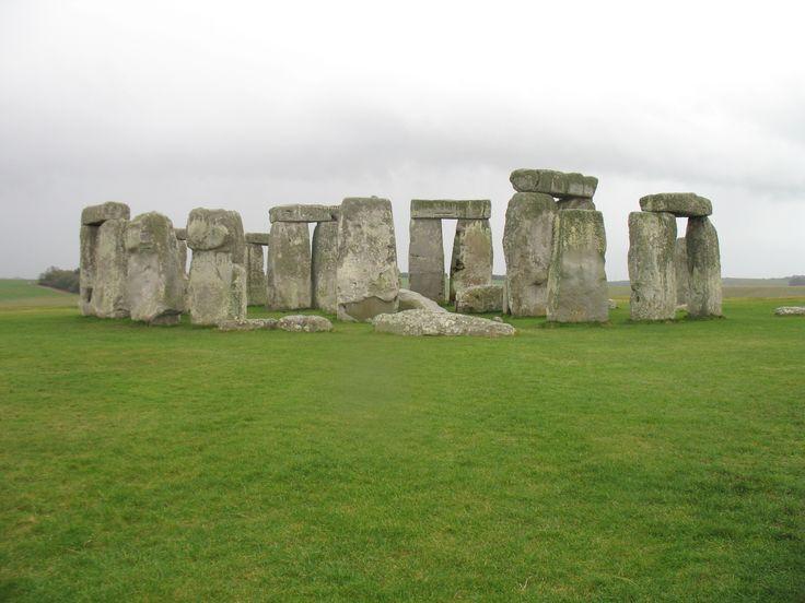 Stonehenge behoort tot een van de bekendste zogenaamde megalitische monumenten. Het Griekse woord megaliet betekent zoveel als 'grote steen' en slaat op de stenen monumenten die tijdens neolitische periode, Jonge Steentijd, werden gebouwd.