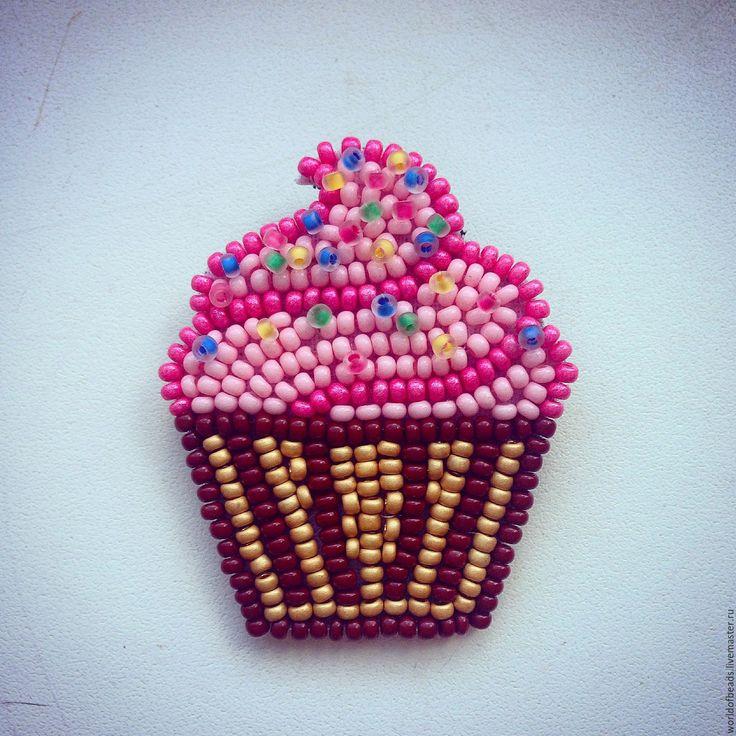 Купить Брошь из бисера Капкейк - розовый, пирожное, капкейк, брошь, брошь из бисера, вкусные украшения