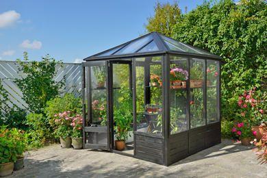 Det oser av sjarm og hygge med et drivhus i hagen. Du kan høste dine egne grønnsaker og nyte planter som blomstrer. I tillegg forlenges sesongen.