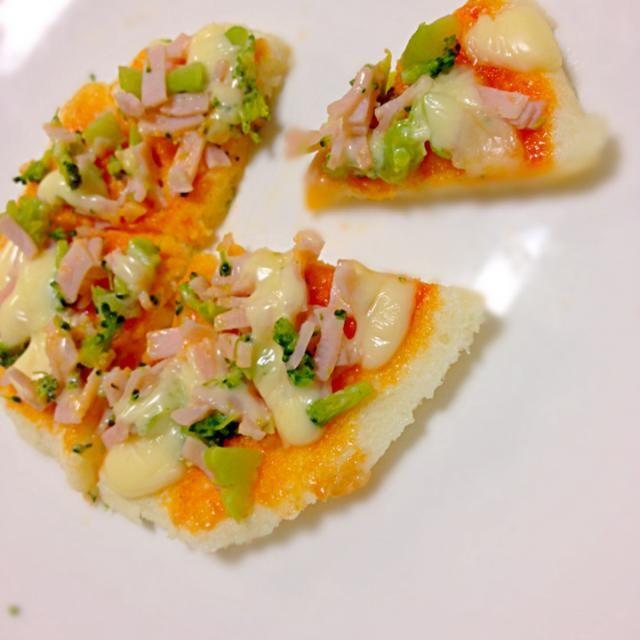 久しぶりにドミノピザが食べたくなって夜ご飯にピザ!息子にも離乳食バージョンで手作りのピザ(風)!笑 - 12件のもぐもぐ - 離乳食☻ ブロッコリーとハムのピザ by a0210j