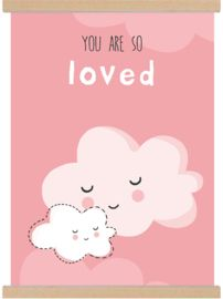 Lieve A3 poster 'you are so loved' roze wolkjes - tante kaartje - www.tante-kaartje.nl