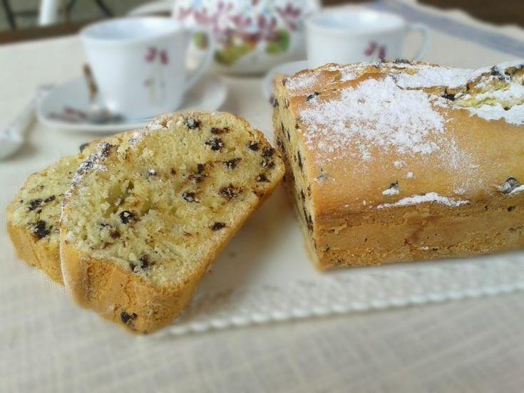 Il plumcake panna e cioccolato è un dolce semplice e facile da preparare, adatto per la colazione o per la merenda,fatto con panna e gocce di cioccolato.