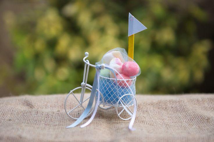 Μπομπονιερα βάπτισης σιδερένιο ποδηλατάκι με marshmallows κ σημαιάκι.  Photo by JUST FOCUS Photography & Filmworks.