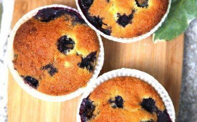 Mini cakes aux myrtilles et au chocolat blanc (American blueberry cupcake) : Recette de Mini cakes aux myrtilles et au chocolat blanc (American blueberry cupcake) - Marmiton