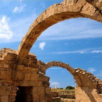 Selon la légende, c'est à Paphos que Saint Paul priva Barjésu de la vue, Chypre.