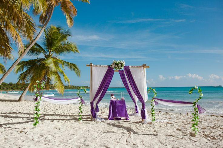 Фиолетовые декорации для свадьбы в Доминикане.